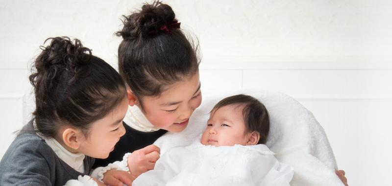 お宮参りで初めての家族写真